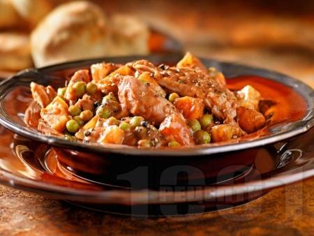 Пилешка яхния от гърди с грах, картофи и моркови - снимка на рецептата